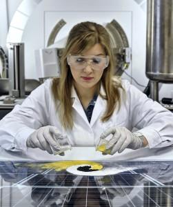 A simple, fast and safe method of obtaining perovskites has been discovered by scientists from the Institute of Physical Chemistry of the Polish Academy of Sciences in Warsaw, Poland. The perovskite (a black powder) is milled from two powders: a white one, methylammonium iodide, and a yellow one, lead iodide. (Source: IPC PAS, Grzegorz Krzy¿ewski)  W Instytucie Chemii Fizycznej PAN w Warszawie opracowano szybk¹, bezpieczn¹ i tani¹ mechanochemiczn¹ metodê produkcji perowskitów. Perowskity (proszek czarny) s¹ tu po prostu ucierane z dwóch proszków: bia³ego jodku metyloamonowego i ¿ó³tego jodku o³owiu. (ród³o: IChF PAN, Grzegorz Krzy¿ewski)